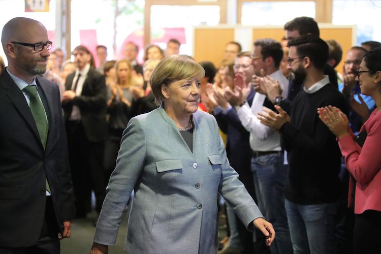 CDU-Generalsekretär Peter Tauber (l) und Bundeskanzlerin Angela Merkel (CDU)) kommen am 25.09.2017 zu der CDU-Vorstandssitzung in der CDU-Zentrale im Konrad-Adenauer-Haus in Berlin. In Berlin beraten am Montag die Spitzengremien der Parteien das Ergebnis der Bundestagswahl. Foto: Michael Kappeler/dpa | Verwendung weltweit