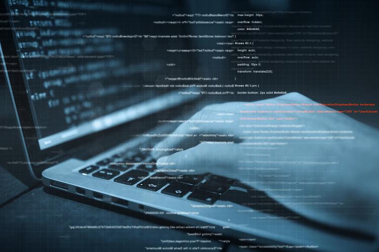 Hacker-cybercrime-laptop-hand-code-shutterstock 518318218 in Coronavirus – Betrüger mit neuen Betrugsmaschen unterwegs