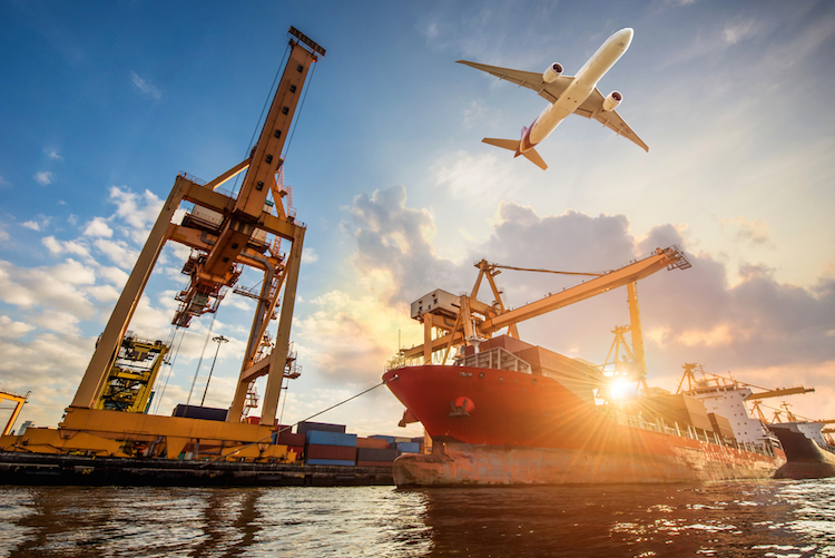 Hafen-containerschiff-flugzeug-handel-umschlag-verladeplatz-globalisierung-wirtschaft-shutterstock 526625740 in Volkswirte: Es geht mit der Konjunktur nur langsam aufwärts
