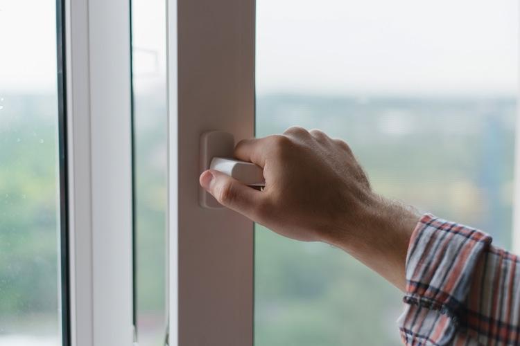 Shutterstock 204104473 in Klettern durchs Fenster kann Arbeitsweg sein