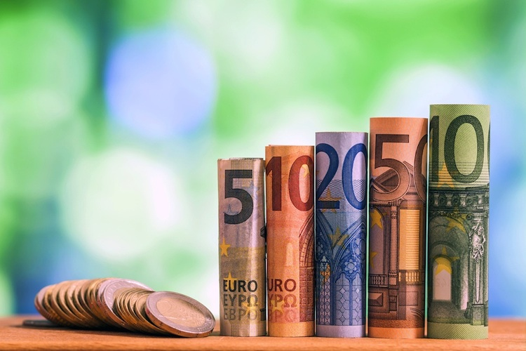 Euro-Bargeld in Versicherer kommen Kunden in der Krise entgegen