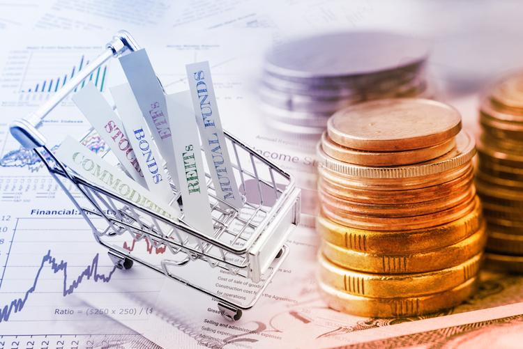Anlagestrategien-produkte-einkaufswagen-geld-stapel-muenzen-shutterstock 425096620 in Fünf globale Trends am ETP-Markt