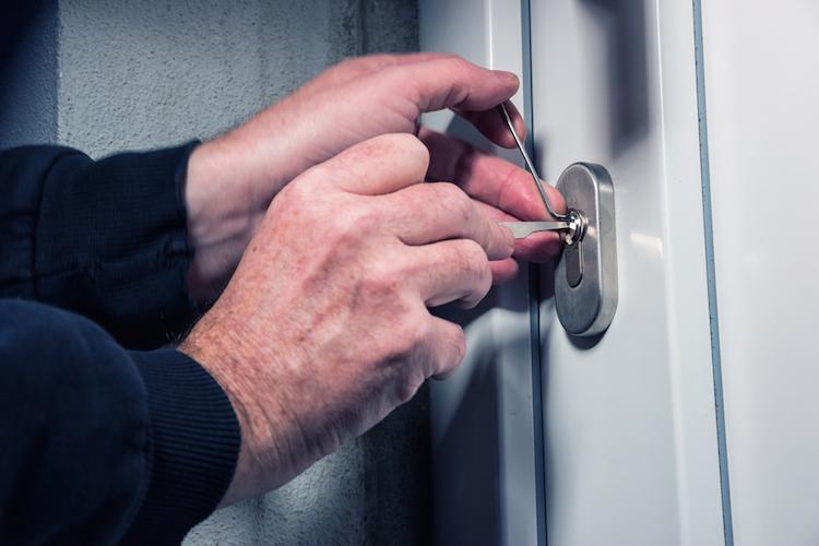 Einbruch-einbrecher-haus-tuer-dieb-diebstahl-shutterstock 568656937 in Einbrüche: GDV rechnet mit erneutem Rückgang