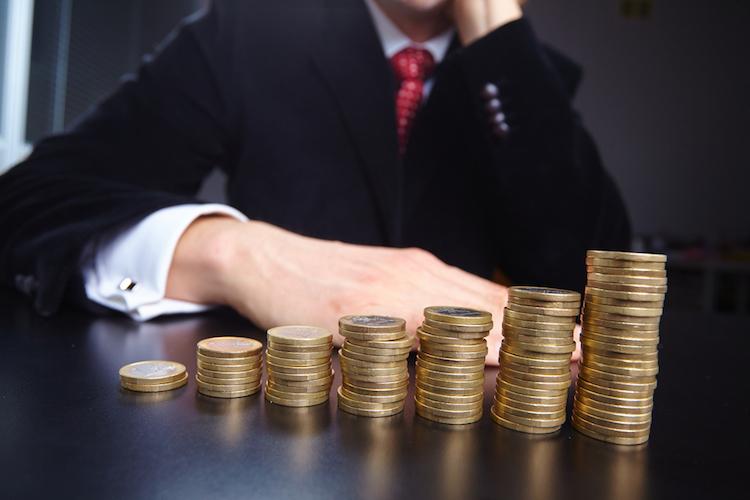 Geld-hand-stapel-sparen-steigen-anlage-investieren-shutterstock 290225273 in ETF-Anleger gehen höheres Risiko ein