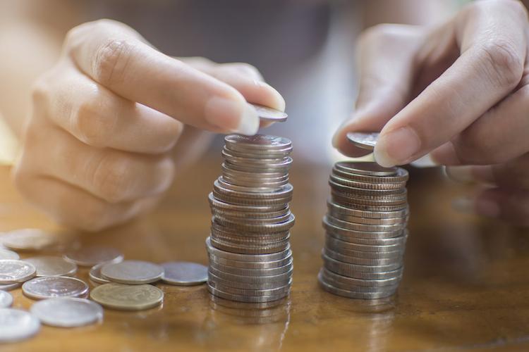 Geld-stapel-rendite-muenzen-shutterstock 693463873 in Warum die Investition in aktive Fonds nicht lohnt