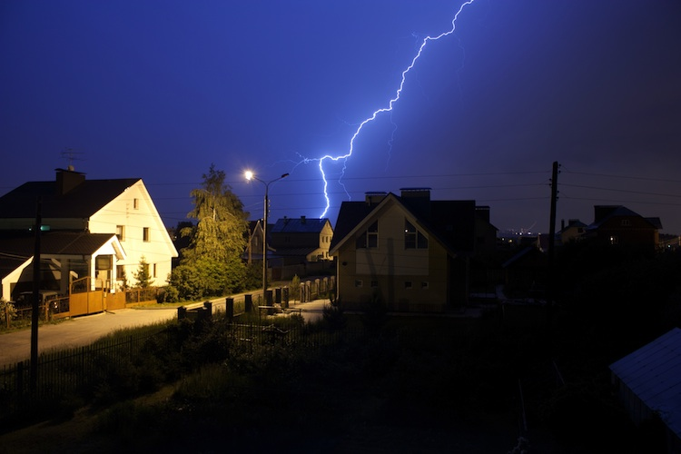 Haus-blitz-unwetter-versicherung-shutterstock 163764296 in Viele Immobilien nicht ausreichend gegen Blitzschäden geschützt