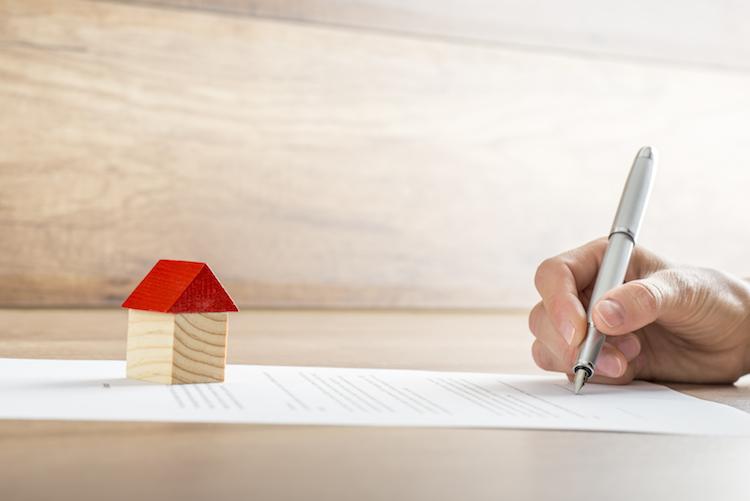 Haus-zins-vertrag-baufinanzierung-shutterstock 300650120-Kopie in Baufinanzierung: Diese Fehler sollten Sie vermeiden