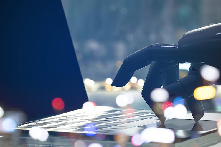 Roboter-kuenstliche-intelligenz-laptop-cyber-KI-AI-shutterstock 664204582 in Hiscox Cyber-Risiko-Rechner berechnet finanziellen Schaden im Falle eines Cyber-Angriffs