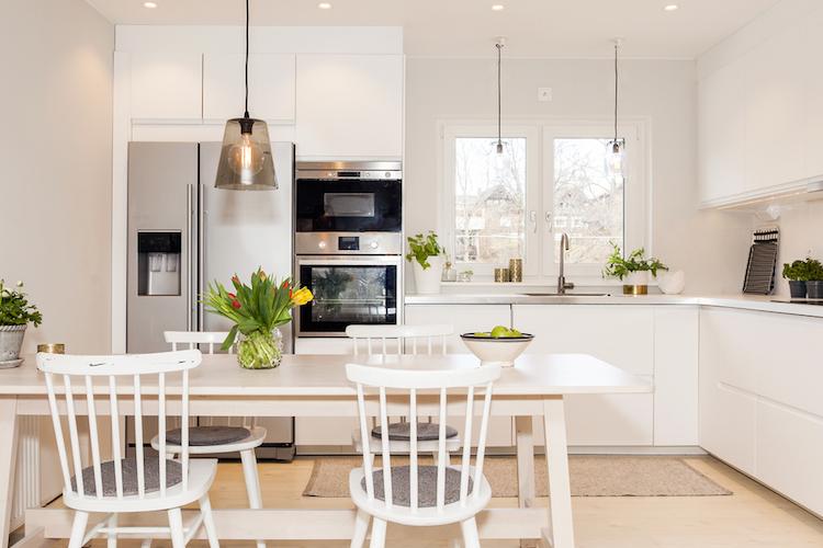 Wohnung-kueche-sauber-blumen-shutterstock 404365015 in Immobilienverkauf: Höhere Preise durch bessere Inszenierung