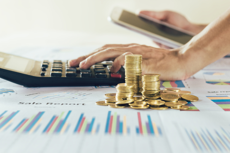 Anlegen-fonds-zufluesse-taschenrechner-geld-stapel-muenzen-charts-shutterstock 674983831 in Aareal Bank hält Anleger mit Dividende bei der Stange