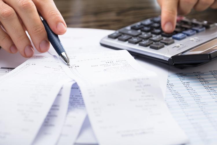 Rechnung-kosten-taschenrechner-kassenzettel-rechnen-shutterstock 762120769 in Mifid II: Wie entwickeln sich die Recherchekosten?