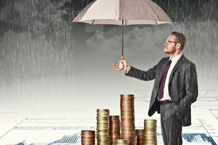 Geld-regenschirm-schutz-steuer-investition-anlage-shutterstock 228287125 in Investmentsteuerreform 2018: So nutzen Sie den Freibetrag aus