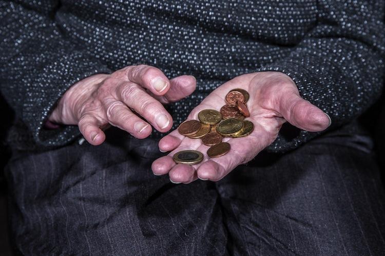 Shutterstock 562441366 in Frauen bekommen nur halb so viel Rente wie Männer
