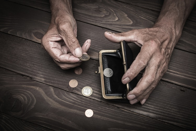 Shutterstock 657690943 in Tafeln versorgen immer mehr Rentner mit Essen