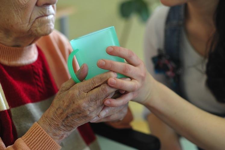 Bei Begutachtungen der Pflegebedürftigkeit prüft die Pflegekasse nicht selbst. Sie gibt den Auftrag an den Medizinischen Dienst der Krankenversicherung (MDK) oder an unabhängige Gutachter weiter,