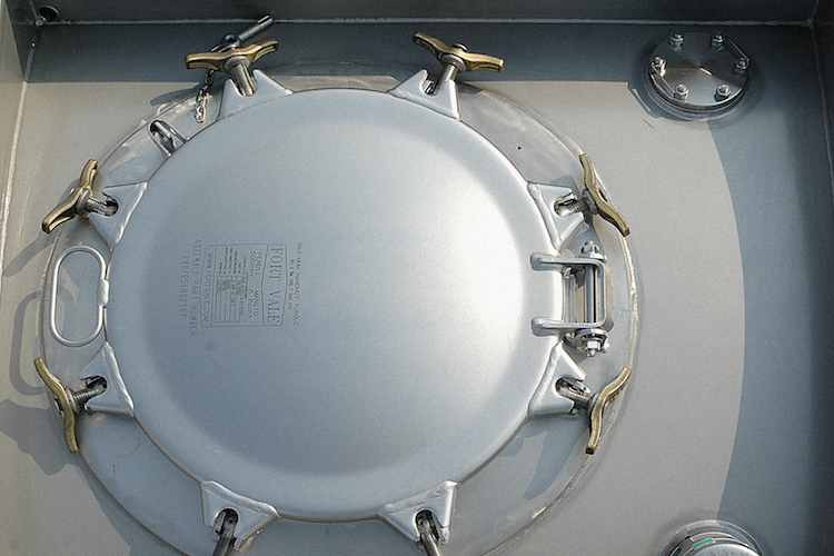 Oberer Lukendeckel zum Befüllen eines 25.000 Liter Standardtankcontainers.
