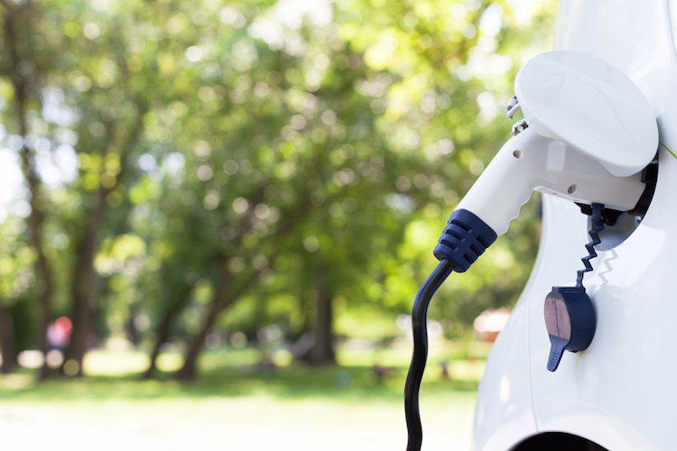 Elekroauto-batterie-laden-auto-elekto-ev-shutterstock 587698025 in Drei neue ETFs auf Zukunftstechnologien