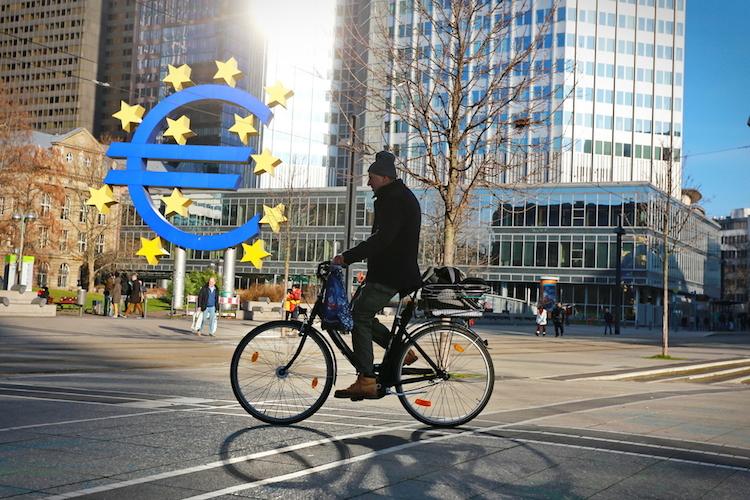 Euro-frankfurt-eurozone-shutterstock 545449738 in Führende Ökonomen fordern radikale Reformen in der Eurozone