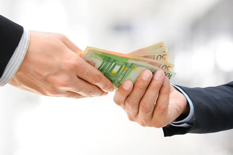 Euro-geld-handel-kauf-uebergabe-empfangen-hand-haende-shutterstock 283579340 in Buwog-Minderheitsaktionäre erhalten Barabfindung von Vonovia