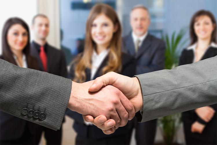 Handschlag-neuer-job-arbeit-buero-kollege-shutterstock 263448785 in Keine schlechten Nachrichten von der Wirtschaft