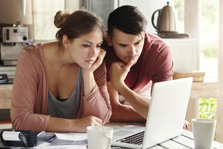 Paar-laptop-miete-shutt 546537433 in Wohnungsnot birgt Konfliktpotenzial