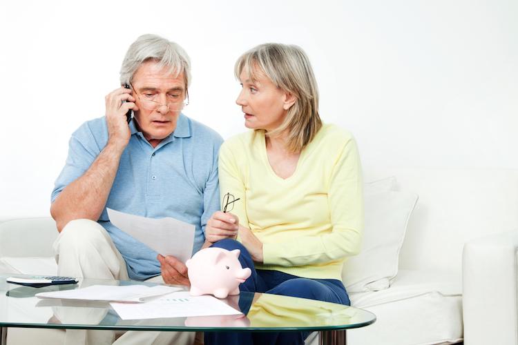Rentner-geld-finanzen-sorgen-besprechung-sparschwein-shutterstock 94816207 in Rentenlücke lässt sich nur durch private Vorsorge schließen