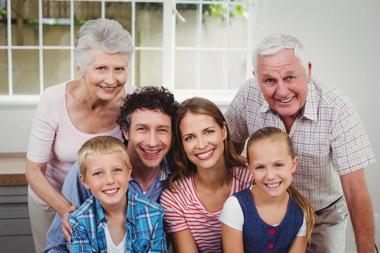Familie-mehrgenerationen-haus-shutt 565419241 in Mehrgenerationenhaushalte kommen wieder in Mode