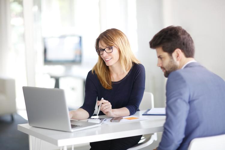 Mann-frau-laptop-besprechung-unterhaltung-schreibtisch-gespraech-shutterstock 428774194 in Anlagebereitschaft verstärkt Einkommensunterschiede