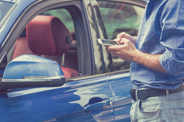 Auto-Handy in R+V/KRAVAG unterstützen Verkehrssicherheitskampagne BE SMART!