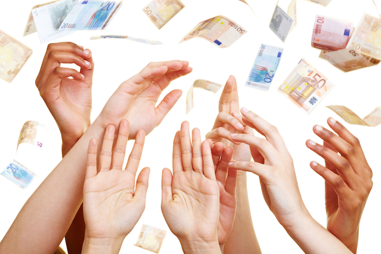 Dividende-geld-regen-euro-hand-schein-shutterstock 55780231 in Dax: Anteil deutscher Anleger sinkt