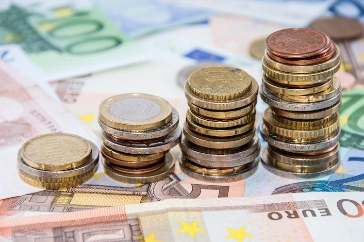 Geld-stapel-sparen-euros-investition-shutterstock 117599860 in Wachstum trotz Börsenturbulenzen