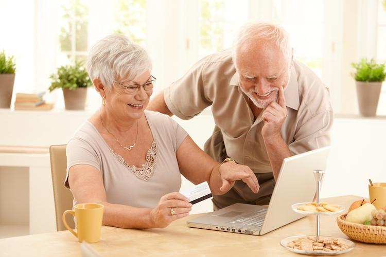 Rentner-alt-online-shopping-laptop-internet-konsum-shutterstock 77869468 in Von der Alterung profitieren