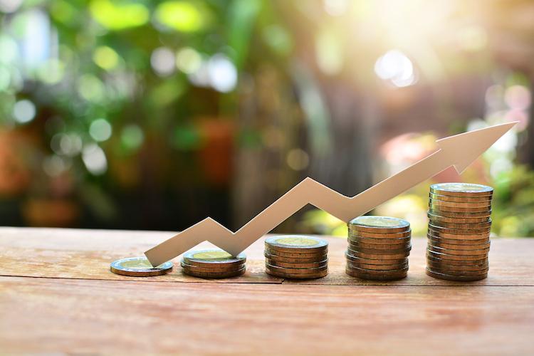 Investition-anlegen-pfeil-geld-stapel-shutterstock 723294832 in Volatilität ist nicht gleich Risiko