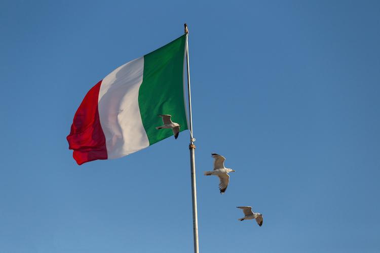 Italien-flagge-moewe-shutterstock 276224669 in Italiens Märkte wieder im Minus