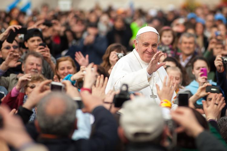 Papst-franziskus-vatikan-shutterstock 561912127 in Vatikan kritisiert Finanzbranche