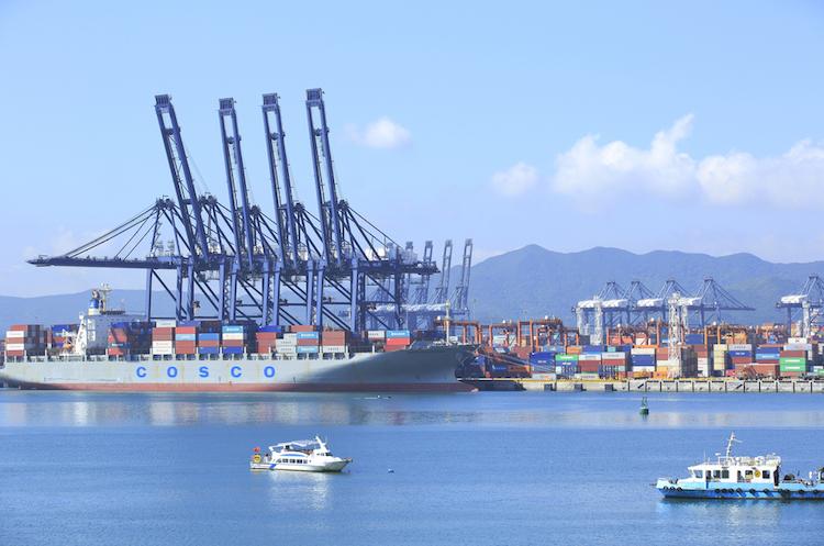 Shenzhen-china-hafen-logistik-handel-welt-konjunktur-schiff-container-shutterstock 150354509 in Handelsstreit kann auch USA schaden