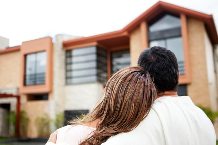 Haus-paar-eigenheim-shutt 103402622 in Familien: Chance auf Eigenheim durch Mietkauf
