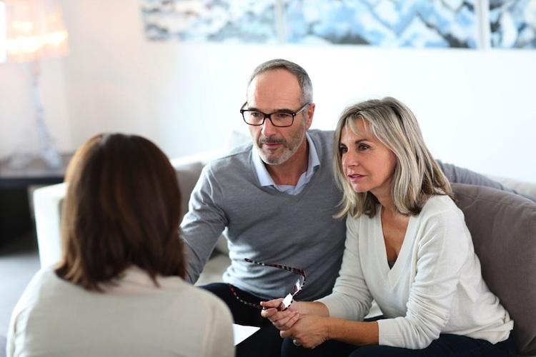 Paar-beratung-altersvorsorge-baufinanzierung-senioren-shutt 165450731 in Immobilienverkauf: Diese sieben Fehler sollten Sie vermeiden