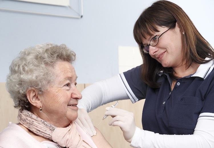 Patientin-bei-der-impfung in Barmer: Jetzt gegen Grippe impfen