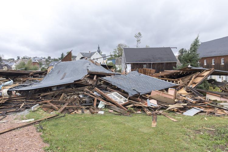 Sturmschaden in Was Immobilienbesitzer gegen Hitze und Sturm tun sollten