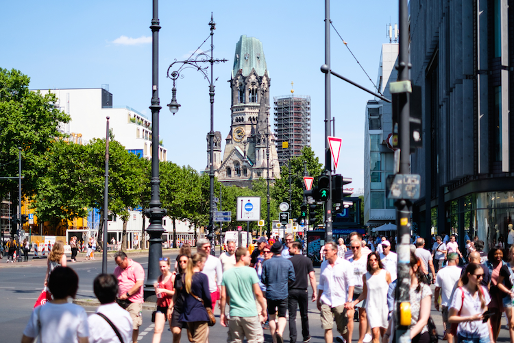 Shutterstock 1109014418 in Greift Berliner Senatorin mit Retweet in den Aktiengeschäfte ein?