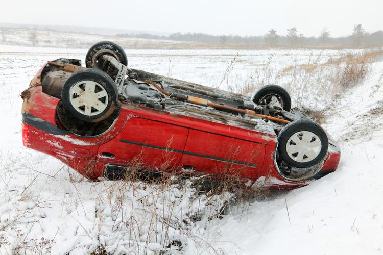 Shutterstock 73855468 Autodach in Über 1.000 Unfälle auf Eis und Schnee: So kommen Sie sicher ans Ziel