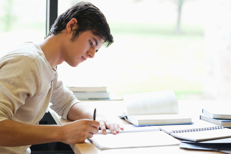 Student-lernen-shutterstock 84630277-1 in So sorgen Sie für die Ausbildung Ihrer Kinder vor