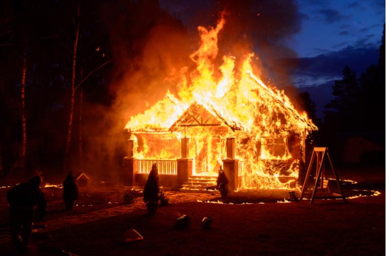 DVAG: Feuer in der Weihnachtszeit – wer zahlt?