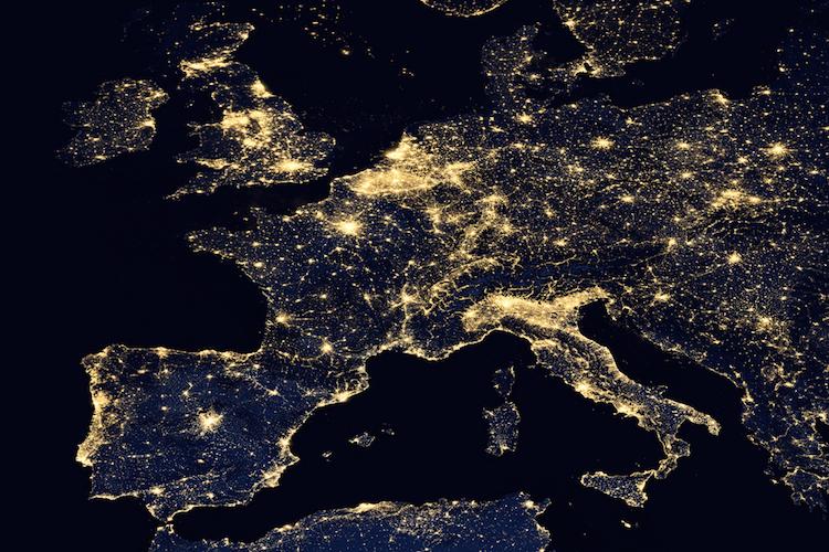 Europa-weltraum-licht-shutterstock 580449682-1 in Immer mehr Schwächen in Europa