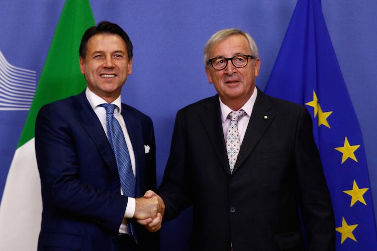Giuseppe-conte-jean-claude-Juncker-europa-italien-shutterstock 1239350266 in Rom gibt im Haushaltsstreit nach
