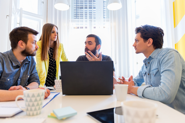 Start-up-besprechung-buero-laptop-shutterstock 277901111 in Zahl der Start-ups legt deutlich zu