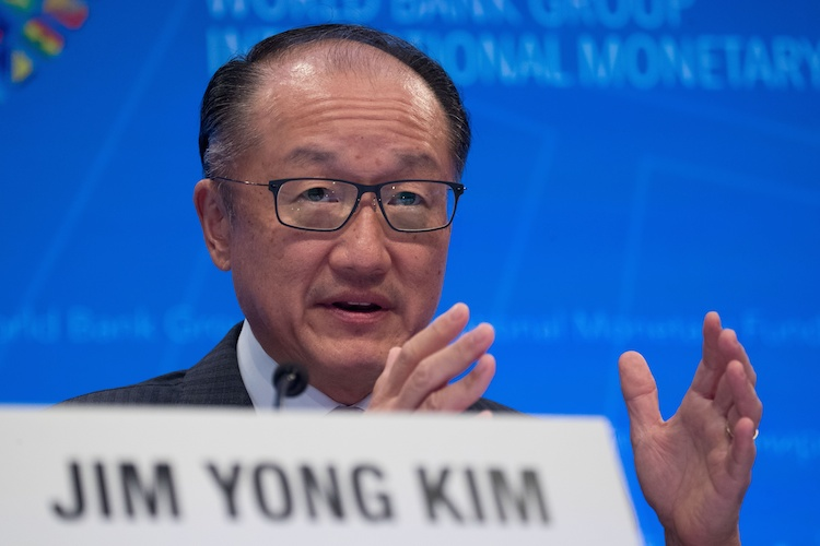 (190108) -- BEIJING, Jan. 8, 2019 (Xinhua) -- File photo taken on Oct. 12, 2017 shows World Bank Group (WBG) President Jim Yong Kim attending a press conference of the 2017 International Monetary Fund and World Bank annual meetings in Washington D.C., the United States. Kim announced on Jan. 7, 2019 that he will be stepping down from his position after more than six years at the international lending institution. World Bank CEO Kristalina Georgieva will assume the role of interim president effective Feb. 1, the World Bank said in a statement. Kim's tenure should expire on June 30, 2022. (Xinhua/Ting Shen) | Keine Weitergabe an Wiederverkäufer.