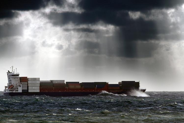 Container-schiff-wirtschaft-sturm-unwetter-dunkle-wolken-himmel-konjunktur-shutterstock 100665433 in Wir sollten die Konjunktur nicht kaputtreden, aber...