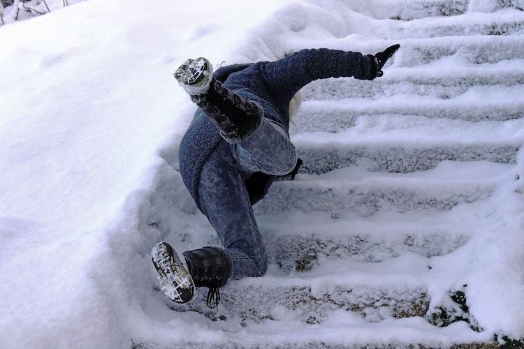 Shutterstock 1023489124-Schnee in Wintereinbruch: Diese Pflichten haben Eigentümer und Mieter